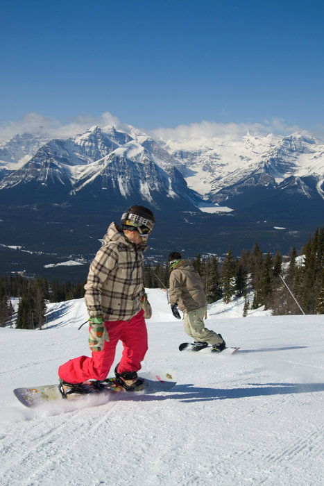 Snowboarder in pista a Lake Louise, Banff
