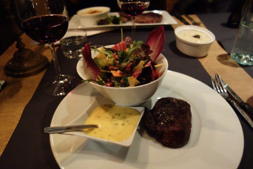 Biffmiddag på Le Sales Gosses i Courchevel Moriond. Anbefaler å ta potetmos med trøffel som tilbehør. - © Christine Amdam