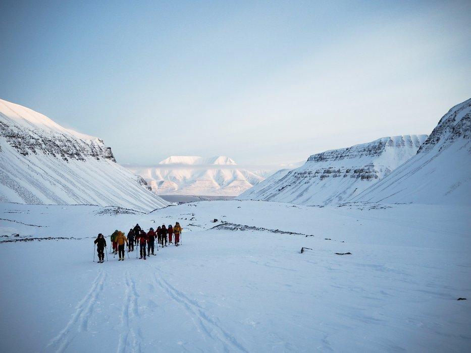 Å gå toppturer på Svalbard er en fantastisk opplevelse og mulighet. I begynnelsen av mars 2017 dro en gjeng opp fra Oslo for å teste skimulighetene på øya. Her er de på Longyearbreen på vei mot Lars Hiertatind med Longyearbyen i bakgrunnen. Sjekk ut skylaget! - © Vigdis Skogly