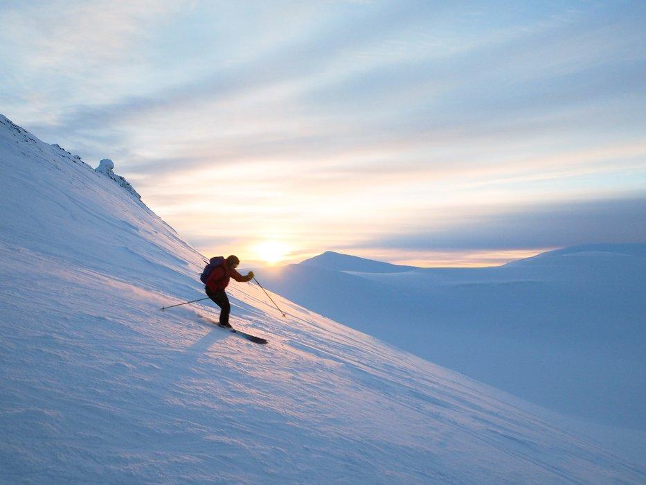 Vakkert lys fra solnedgangen ga en flott nedkjøring ned fra Trollsteinen. - ©Vigdis Skogly