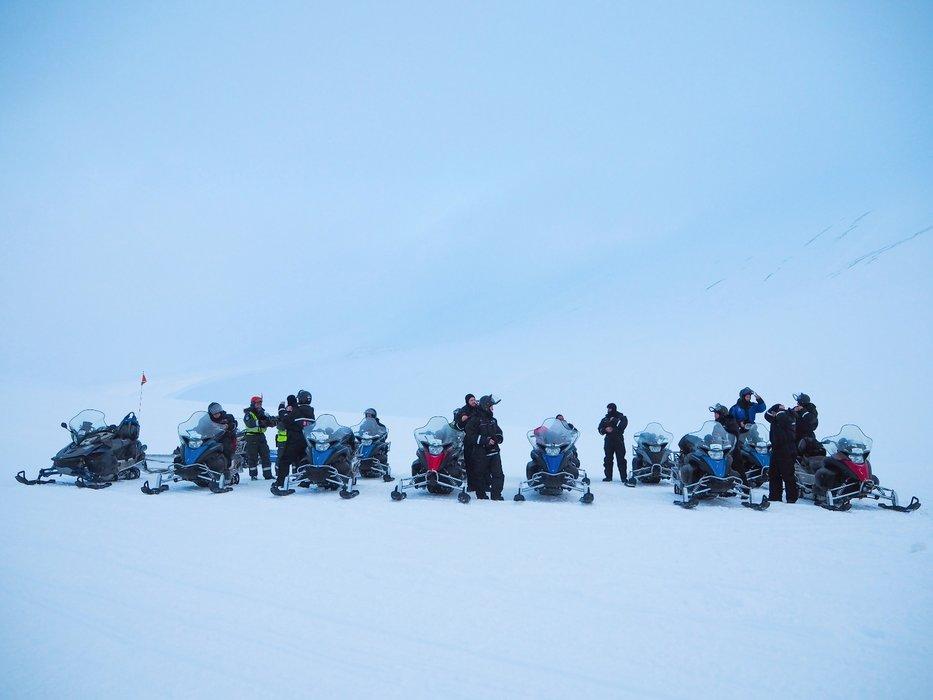 Snøscootertur til Barentsburg: Et russisk tettsted som ligger noen timers kjøring fra Longyearbyen. Det er kaldt å kjøre scooter og alle blir utstyrt med gode og varme klær.  - ©Vigdis Skogly