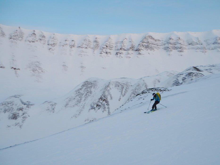 Legg merke til de spesielle fjellformasjonene. - ©Vigdis Skogly
