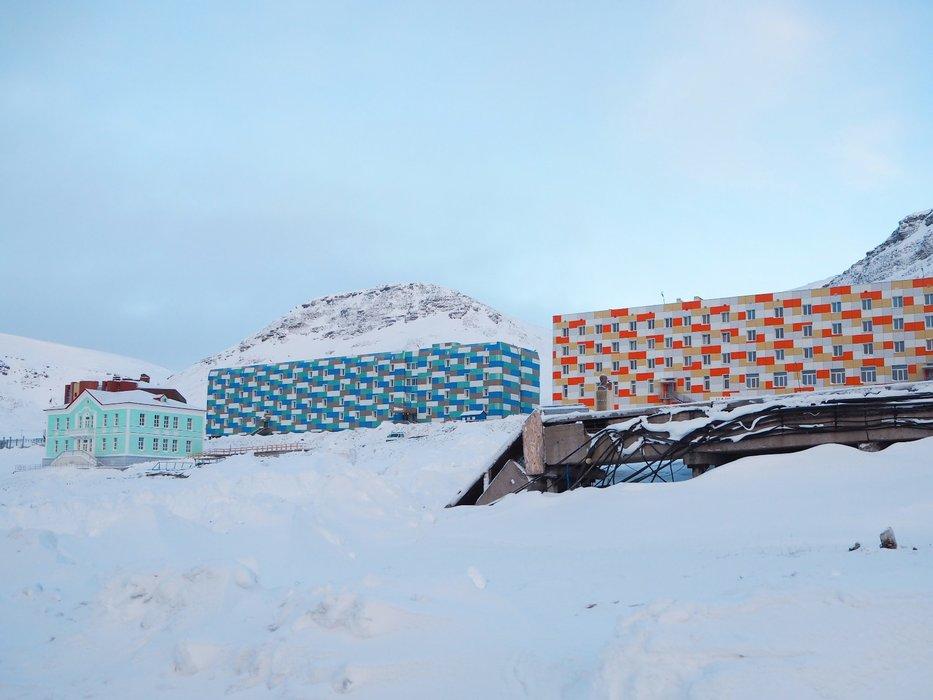 Den russiske byen Barentsburg med ca 500 innbyggere er overraskende fargerik. - ©Vigdis Skogly