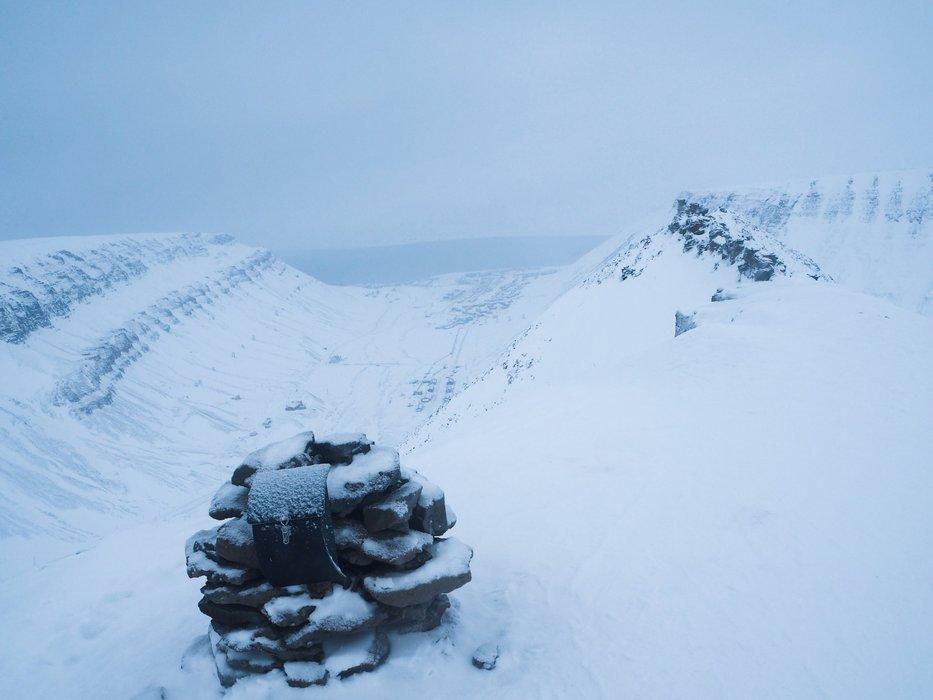 Varden på Sarkofagen; et platå rett i nærheten av Longyearbyen. Det er anbefalt at man går med guide og at noen i gruppen bærer våpen på turer på Svalbard på grunn av isbjørn. På turer andre steder er våpen imidlertid påbudt. - ©Vigdis Skogly