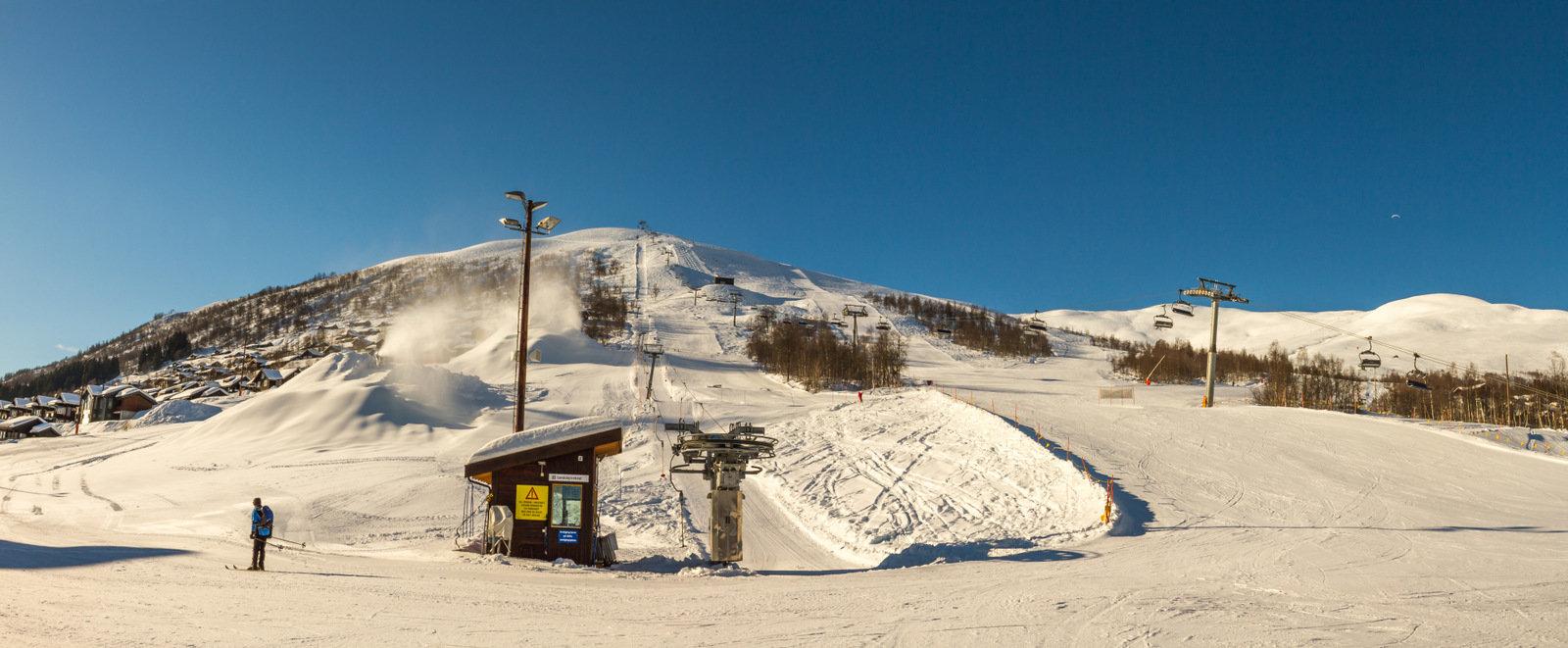 Det produseres snø til World Cup i Big Air som finner sted i Myrkdalen 24.-25. mars. - ©Jan Petter Svendal