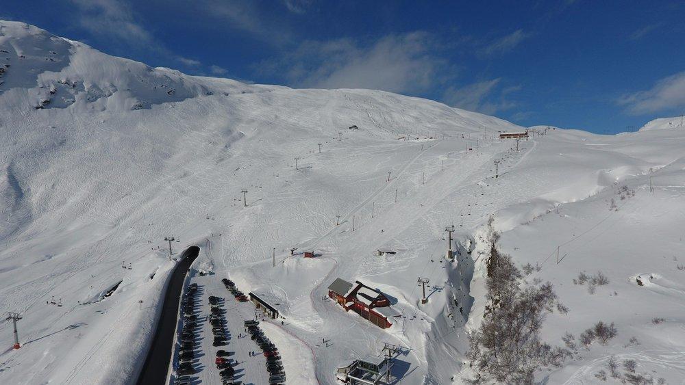 Røldal Skisenter fikk mest snø i uke 8 med 110 cm. Her er et dronefoto fra mandag 27. februar. - © Røldal Skisenter