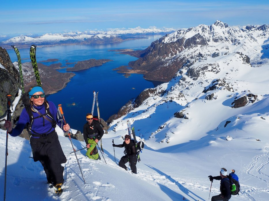 Høydemetrene går raskt unna når man stater ved fjorden. Utsikten er vakker fra du setter det første steget oppover fjellsiden. - ©Crister Aalberg Næss