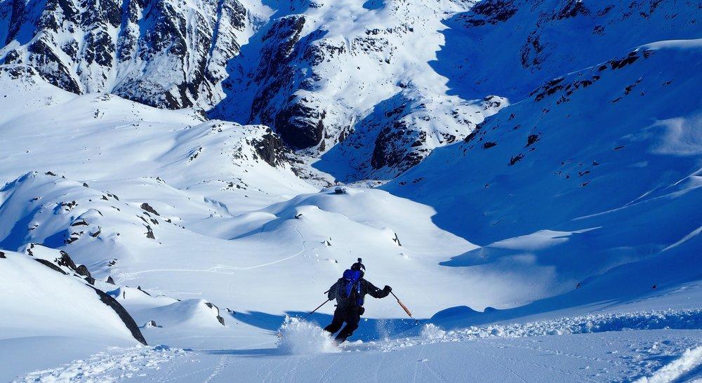 Med båt kommer man til topper ingen andre når, og man får derfor den urørte snøen helt for seg selv. - ©Crister Aalberg Næss