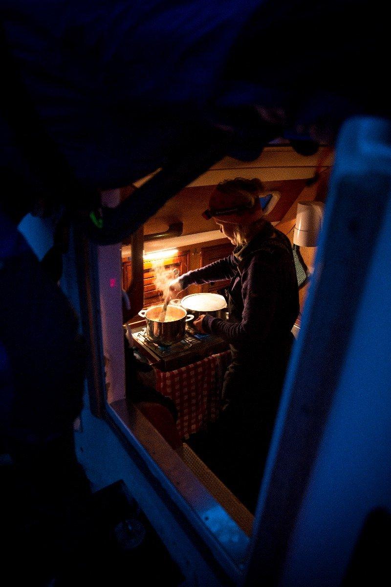 Kokkelering ombord etter skitur. - ©Torbjørn Buvarp