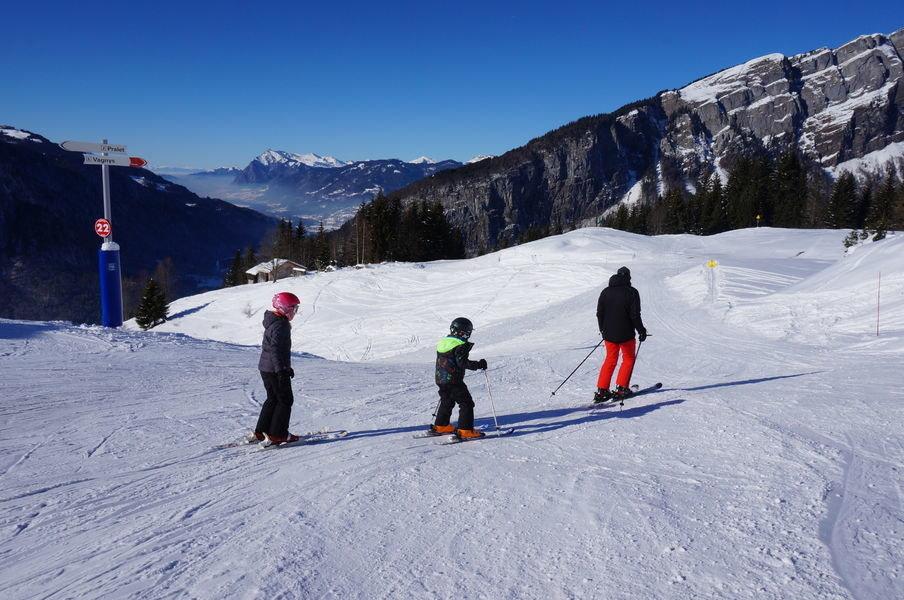 Ski en famille sur les pistes de ski de Sixt Fer à Cheval - © Office de tourisme de Sixt Fer à Cheval