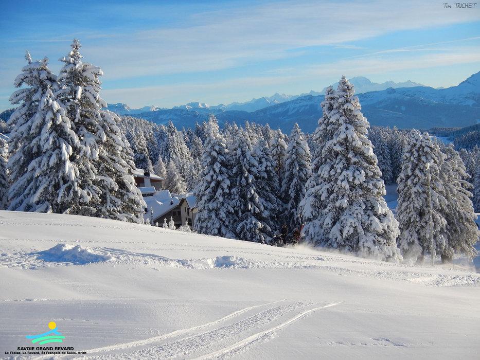 Ambiance hivernale sur les pentes enneigées de Savoie Grand Revard - © Station de Savoie Grand Revard