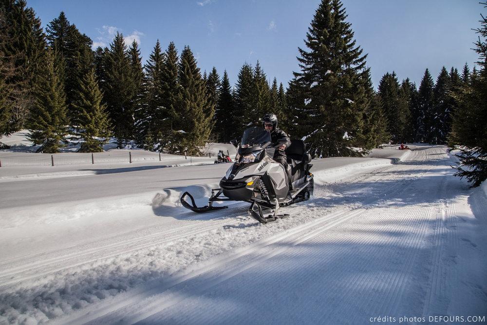 Ambiance grand nord canadien lors d'une balade en motoneige sur les pistes de Savoie Grand Revard - © Station de Savoie Grand Revard