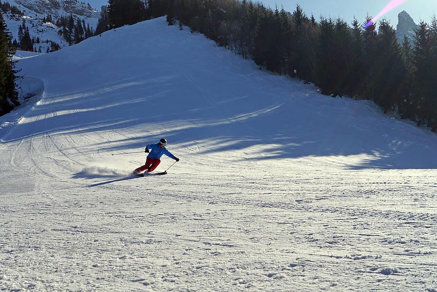 Skifahrer auf der Abfahrt am Tegelberg im Skigebiet Schwangau - © Schwangau Tourismus
