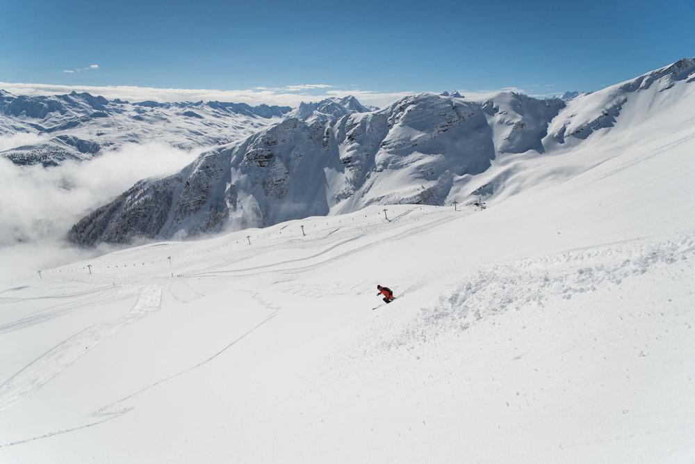 Session ski hors-piste sur les pentes enneigées des Karellis - © Alban Pernet