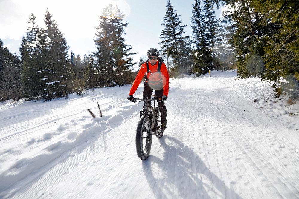 Fatbike sur les sentiers enneigés du Vercors, à proximité d'Autrans - © Station Autrans-Méaudre en Vercors
