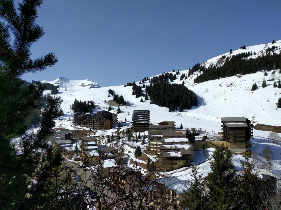 Vue sur la station de ski d'Auris en Oisans et ses résidences en pied de pistes - © Station d'Auris en Oisans