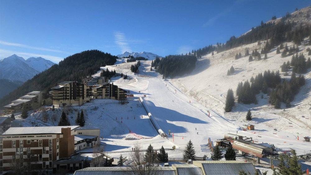 Une journée de ski en perspective sur les pistes de ski d'Auris en Oisans - © Station d'Auris en Oisans