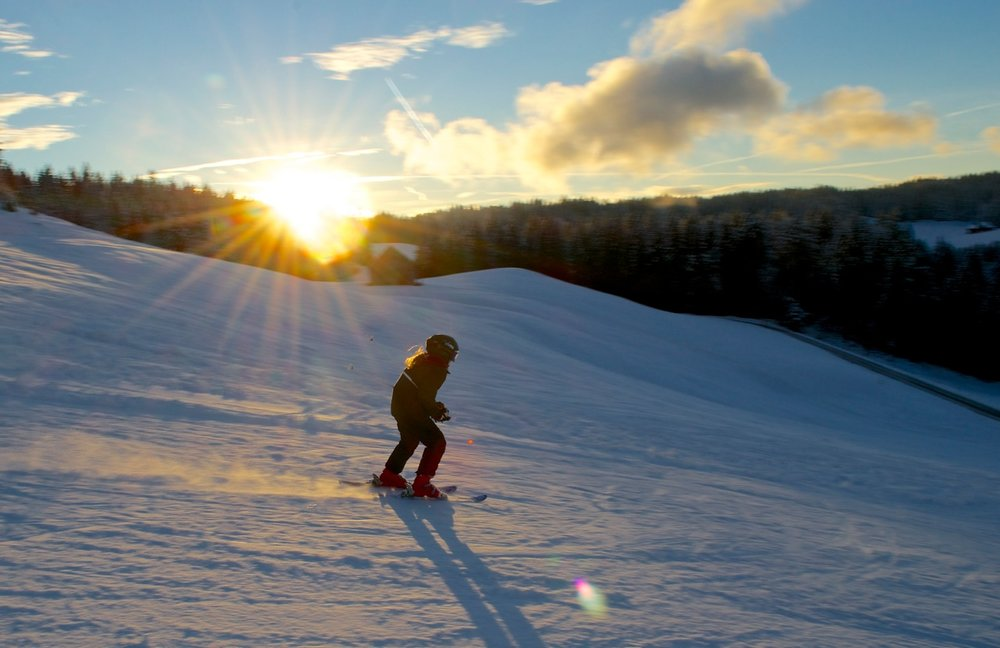 Skifahren bei Sonnenuntergang im Skigebiet Hemberg-Bächli - © Skilift Hemberg