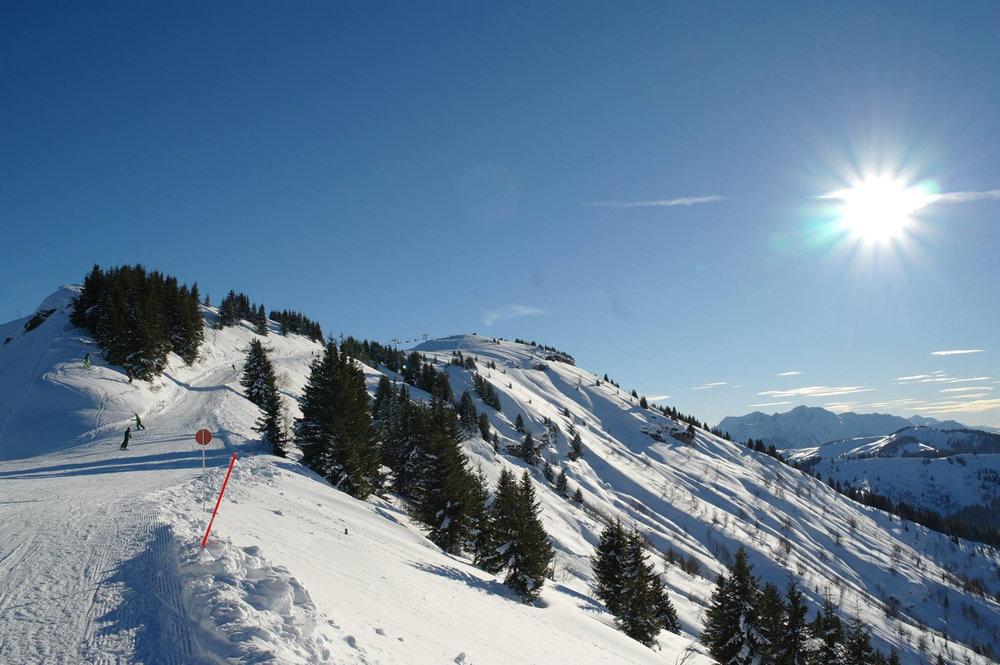 Conditions idéales (soleil et neige fraiche) sur les pistes de ski de Flumet - ©Flumet - St Nicolas la Chapelle Tourisme