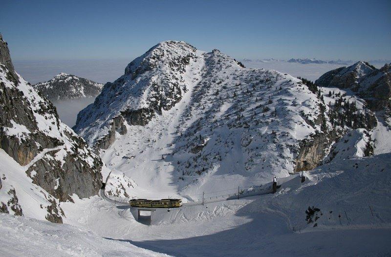 Skigebiet Wendelstein: Blick vom Hotelhang zur Zahnradbahn - © Wendelsteinbahn GmbH