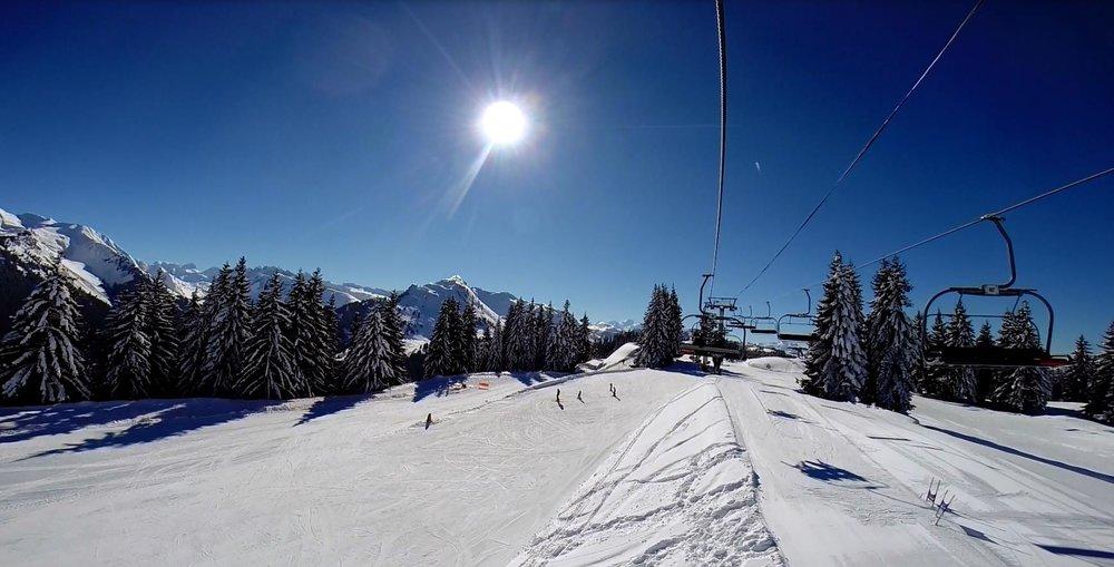 Conditions idéales (soleil généreux et neige de qualité) sur les pistes de ski de Morzine - © OT de Morzine Avoriaz