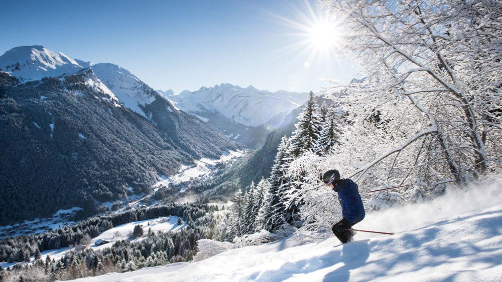 Session ski hors-piste sur les pentes enneigées de Morzine - © Jean Baptiste Bieuville