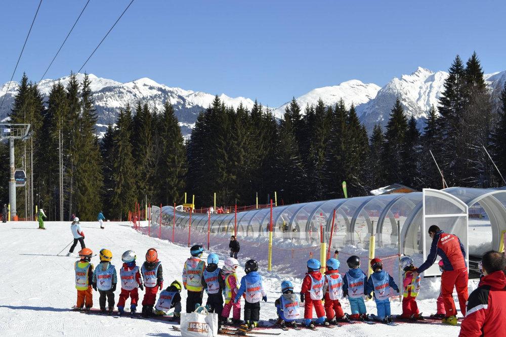 Apprentissage du ski au sein du jardin des neiges de Morillon - © Morillon Tourisme