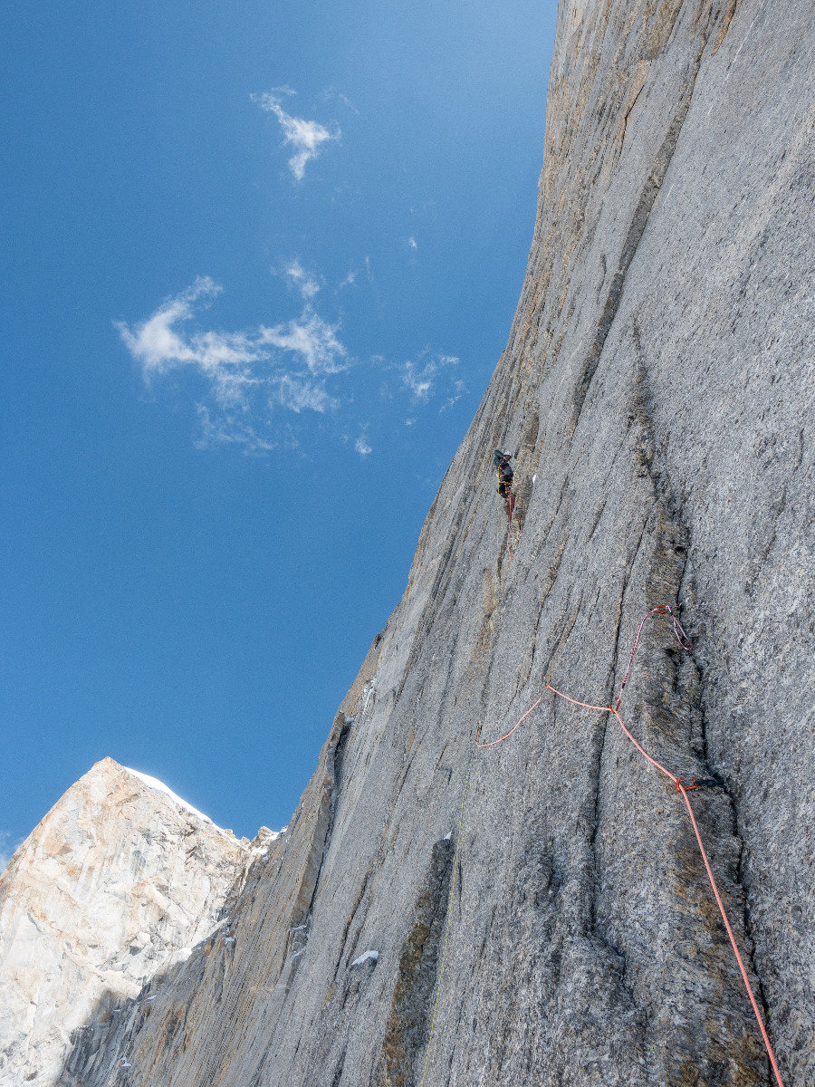 – 10°C, eine eisige Angelegenheit. Julian Zanker in der ersten Seillänge, 6B/ A2+ - ©Timeline Productions