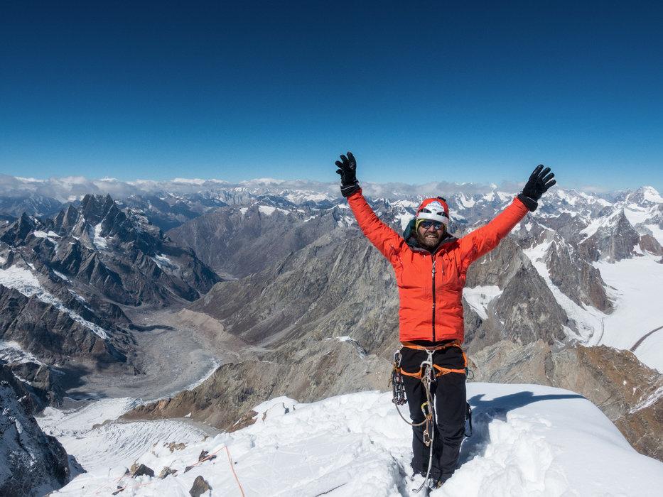 Thomas Huber am Gipfel des Cerro Kishtwar - ©Timeline Produtions