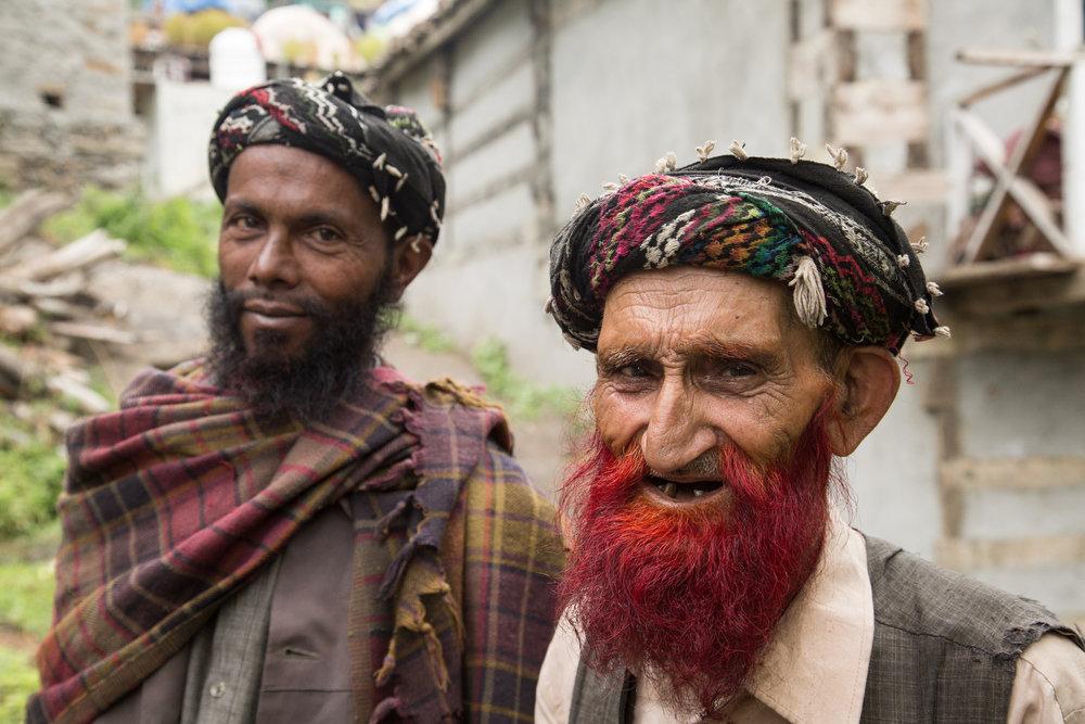 Neugierig begrüßen die einheimischen Menschen das Kletter-Trio - ©Huber / Siegrist / Zanker