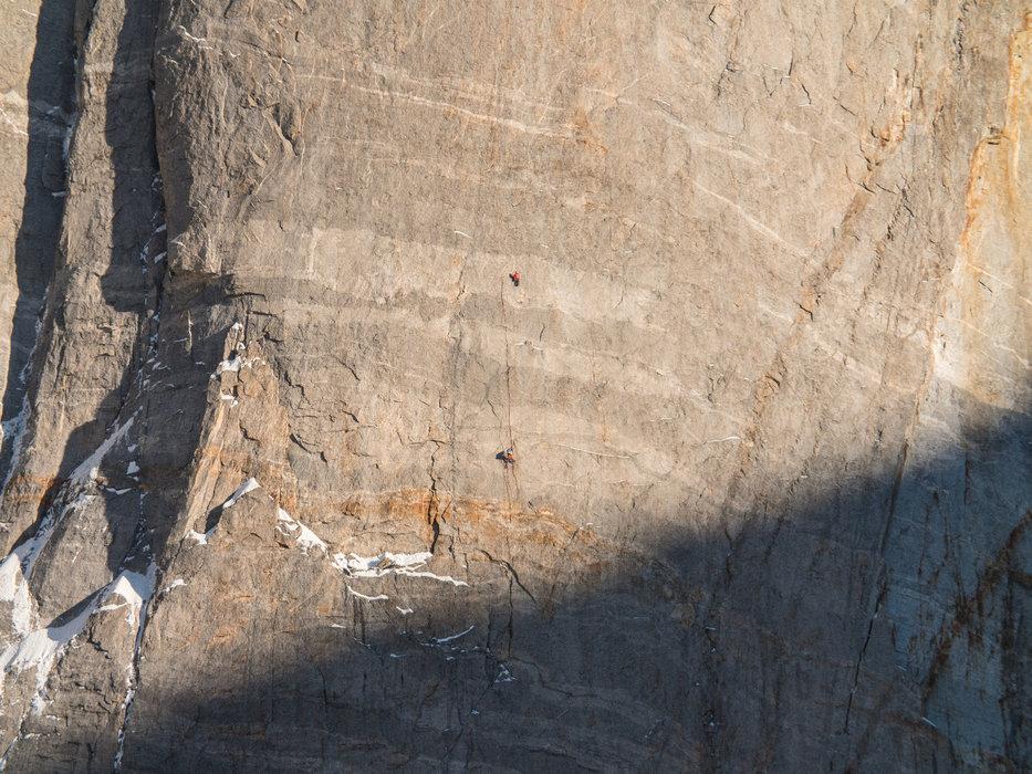 Thomas Huber klettert eine Seillänge über dem Happyledge in ''Wonderland'' - © Timeline Productions