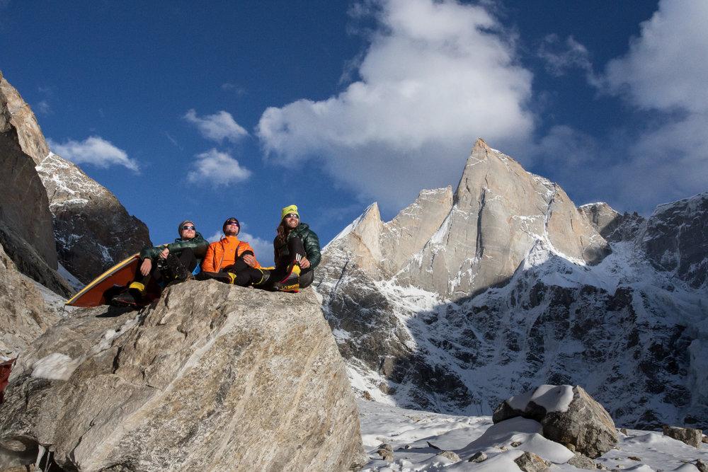 Julian Zanker, Stephan Siegrist und Thomas Huber im vorgeschobenen Basislager auf 4900 Metern. - © Timeline Productions