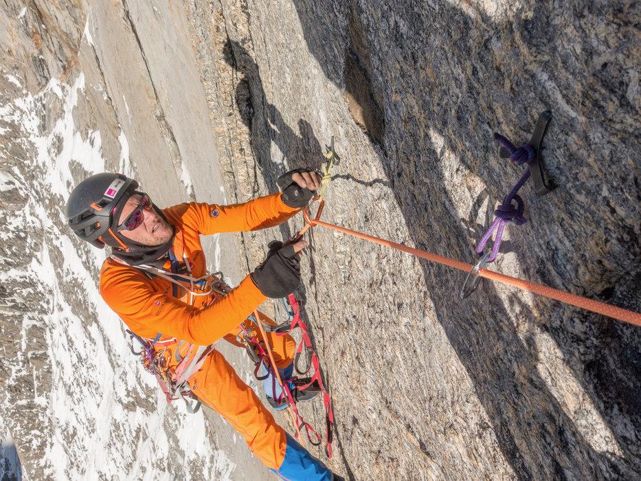Stephan cleaned eine schwierige Seillänge, ein Abenteuer mit Hooks, Beaks und Mikrokeilen - © Timeline Productions