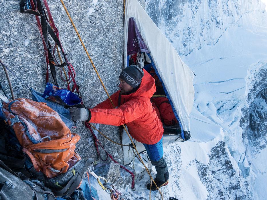 Julian Zanker am Lager ''Kempinski.'' Er macht sich bereit für den Vorstieg. - © Timeline Produtions