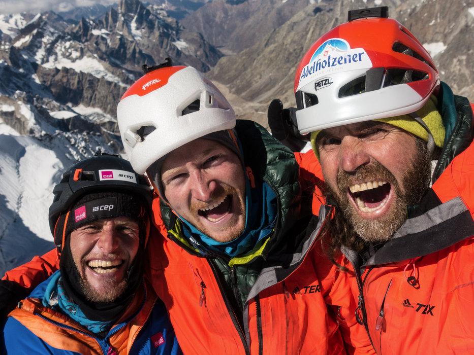 Die Freude in ihren Gesichtern: Stephan Siegrist, Julian Zanker und Thomas Huber sind am Ziel auf 6155 Meter - © Timeline Produtions