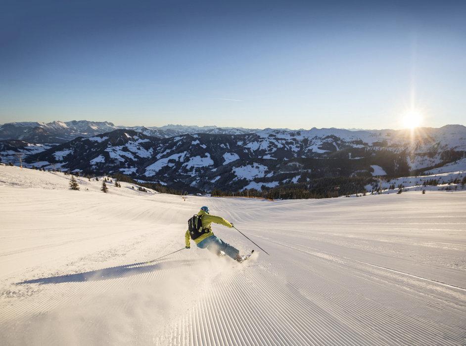 Breite Skipisten bei Sonnenaufgang - © Ski Juwel Alpbachtal Wildschönau