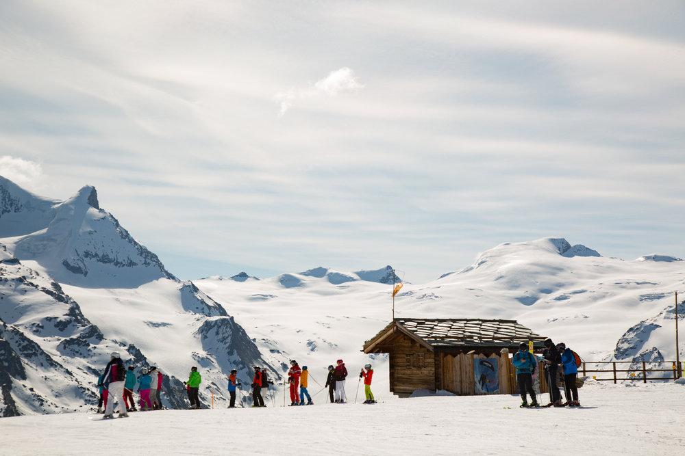 Skifahrer am Rothorn in Zermatt - © Skiinfo