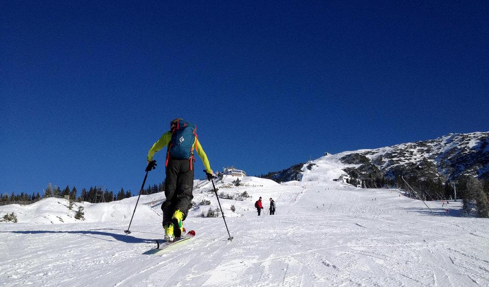 Immer öfter verschlägt es Tourengeher auch auf die Skipisten. Die 10 Verhaltensregeln für Pistengeher, erarbeitet vom Alpenverein und dem Kuratorium für Alpine Sicherheit, sollen zu einem konfliktfreien Miteinander in den Skigebieten beitragen - © ÖAV/Mario Zott