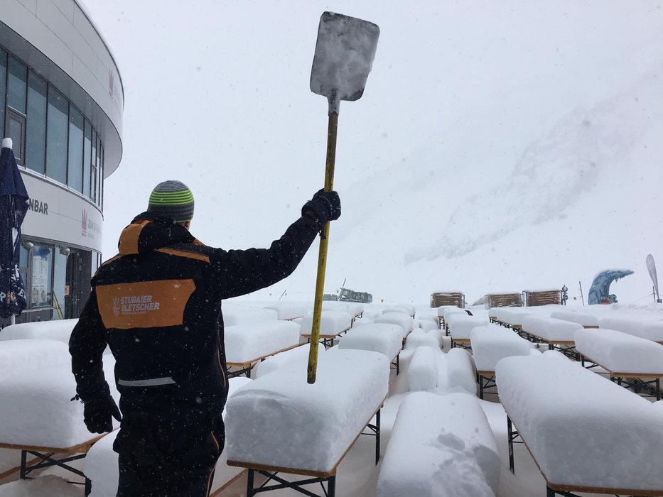 Det var bare å finne fram måka i Stubaier Gletscher i Østerrike 18.4.2017. - © Facebook Stubaier Gletscher