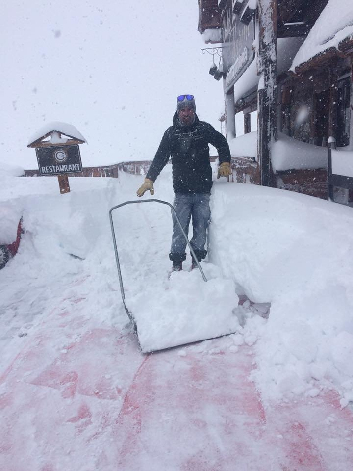 50 centimètres de neige fraîche à déneiger de bon matin, ça met en forme ! - © Facebook Chalet de la Marine