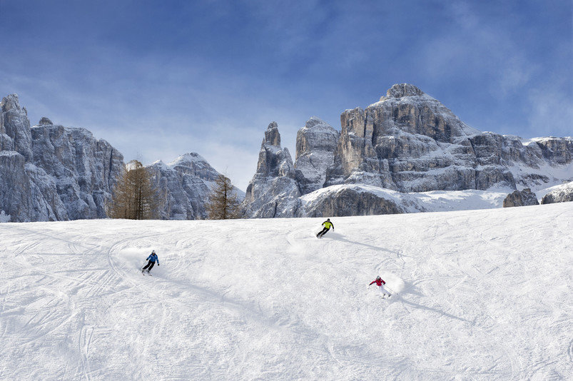 Breite Pisten, viel Schnee und Sonne machen Alta Badia am Fuße des Unesco Welterbes Dolomiten zu einem wunderschönen Ziel - © Alto Adige Martketing/Alex Filz