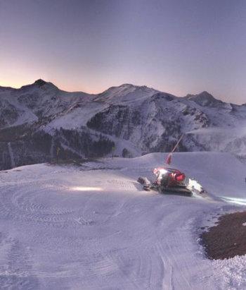 Auron - A j-1 de l'ouverture de la station la neige est artificielle de partout ils n'ouvrent que 11 pistes sur 46 je suis déçu car ils auraient pu ouvrir beaucoup plus de pistes  - © skieur auron??