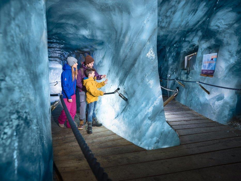 Ledová jeskyně na ledovci Stubai vás vezme do světa věčného ledu - © Andre Schönherr