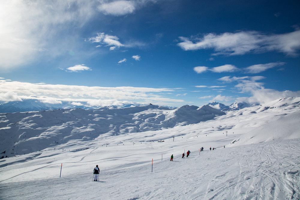 Lange und flache Pisten bestimmen das Bild im Skigebiet Flims Laax - © Skiinfo