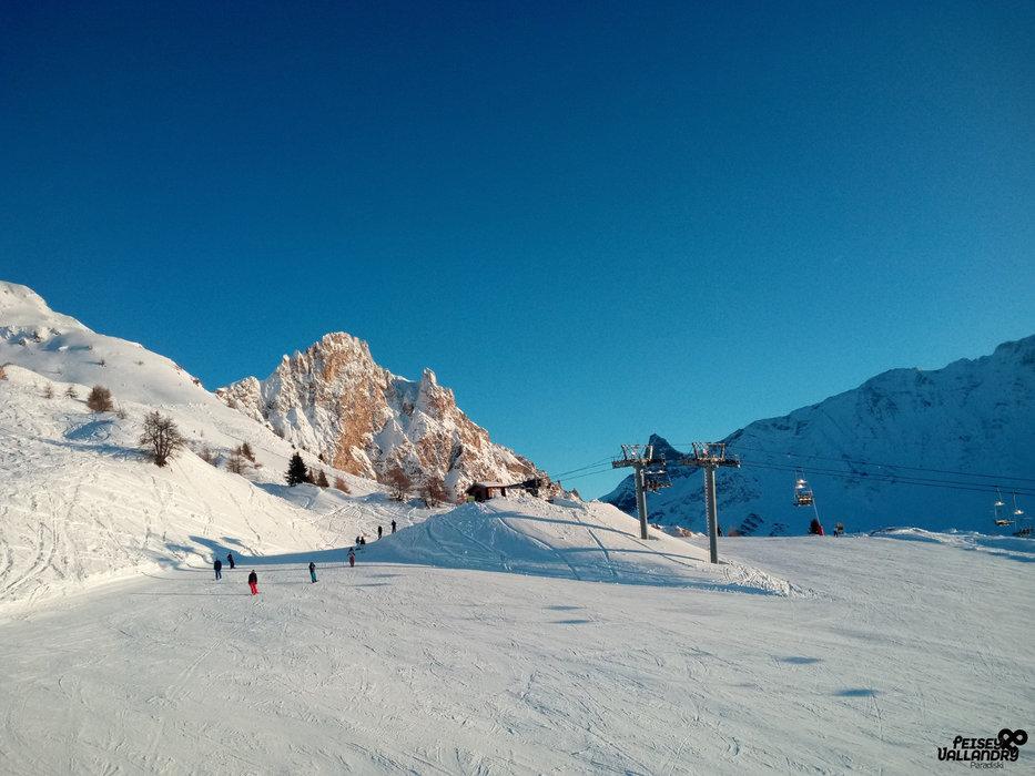 Conditions de ski idéales (neige fraiche et soleil généreux) sur les pistes de Peisey Vallandry - © OT Peisey Vallandry