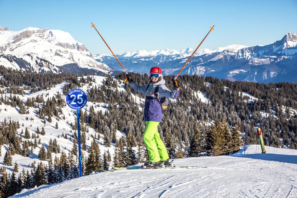 Conditions de ski idéales (neige fraiche et soleil généreux) sur les pistes de Combloux - © Office de Tousrisme de Combloux