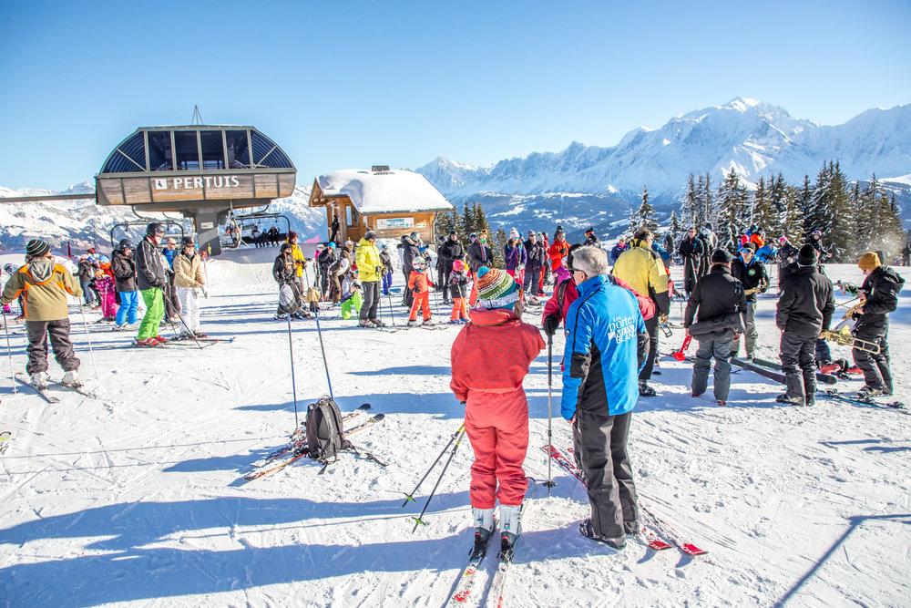 Belle journée ensoleillée sur le domaine skiable de Combloux - © Office de Tousrisme de Combloux