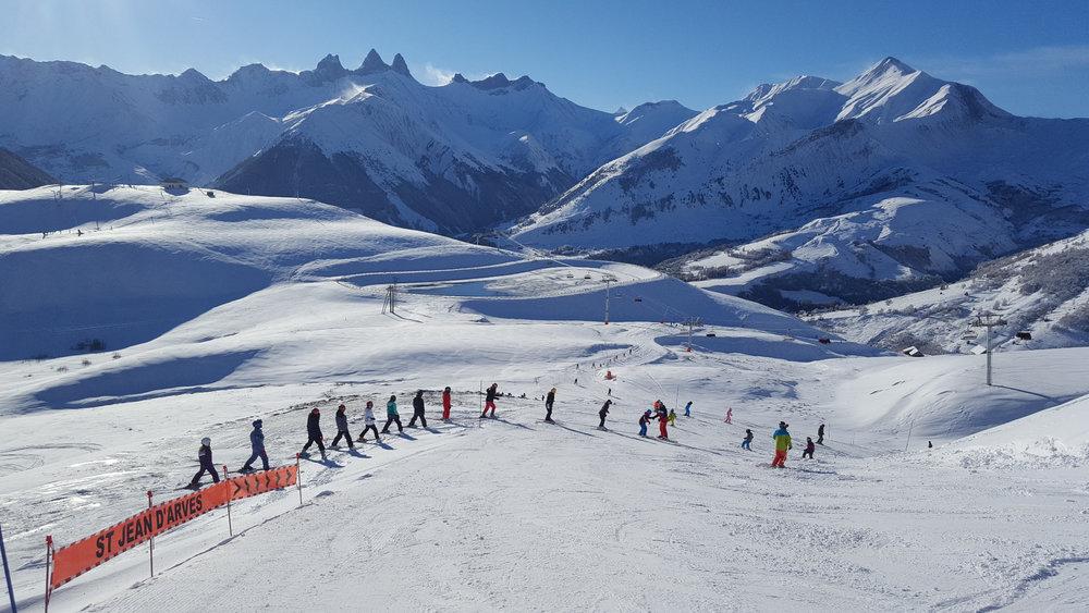 """Ski version """"grand large"""" sur le domaine skiable des Sybelles depuis Saint Jean d'Arves - © Office de Tourisme de Saint Jean d'Arves - Les Sybelles"""