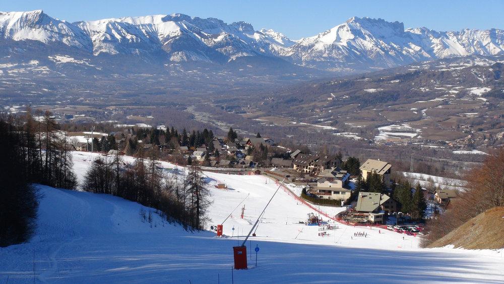 Vue sur la station de ski de Saint Léger les Mélèzes depuis ses pistes de ski - © Stéphane GIRAUD-GUIGUES / Skiinfo