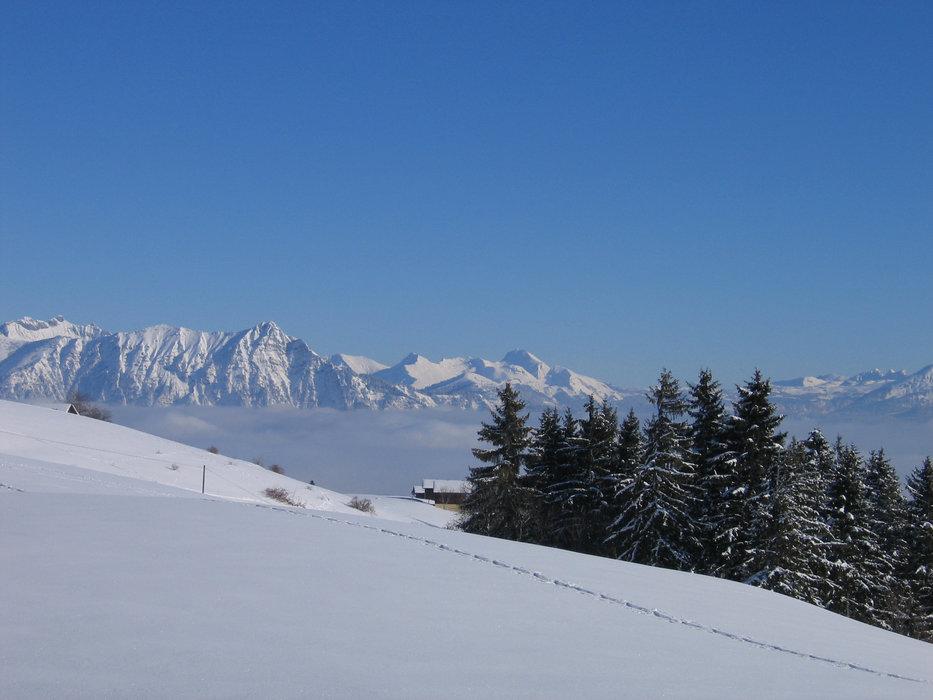 Conditions de ski idéales (neige fraiche et soleil généreux) sur les pistes du Mont Saxonnex - © Office de Tourisme Intercommunal Cluses Arve & montagnes